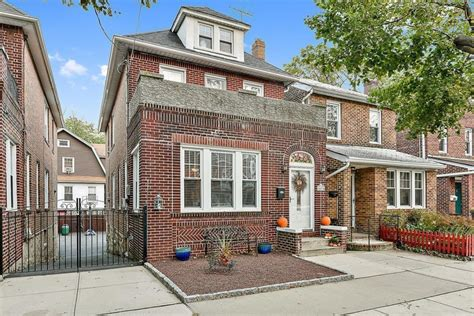 A North Riverdale house where you can live large and not